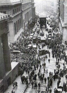 """Crowd outside nyse"". Con licenza Public domain tramite Wikimedia Commons."