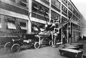 Catena di montaggio della Ford nel 1913 (Foto di Ford company, USA)