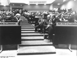 Il cancelliere della Repubblica fedeale Helmut Schmidt (a destra) e il presidente del Consiglio di Stato della DDR Erich Honecker (a sinistra) alla conferenza di Helsinki del 1975. Attribuzione: Bundesarchiv, Bild 146-1990-009-13 / CC-BY-SA