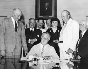 14 Agosto 1935: il Presidente degli Stati Uniti F.D. Roosevelt firma il Social Security Act