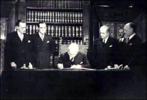 """""""Firma della Costituzione"""". Con licenza Public domain tramite Wikimedia Commons. Al centro il Presidente della Repubblica De Nicola; primo a sin. Alcide De Gasperi, entrambi appartenenti alla DC"""