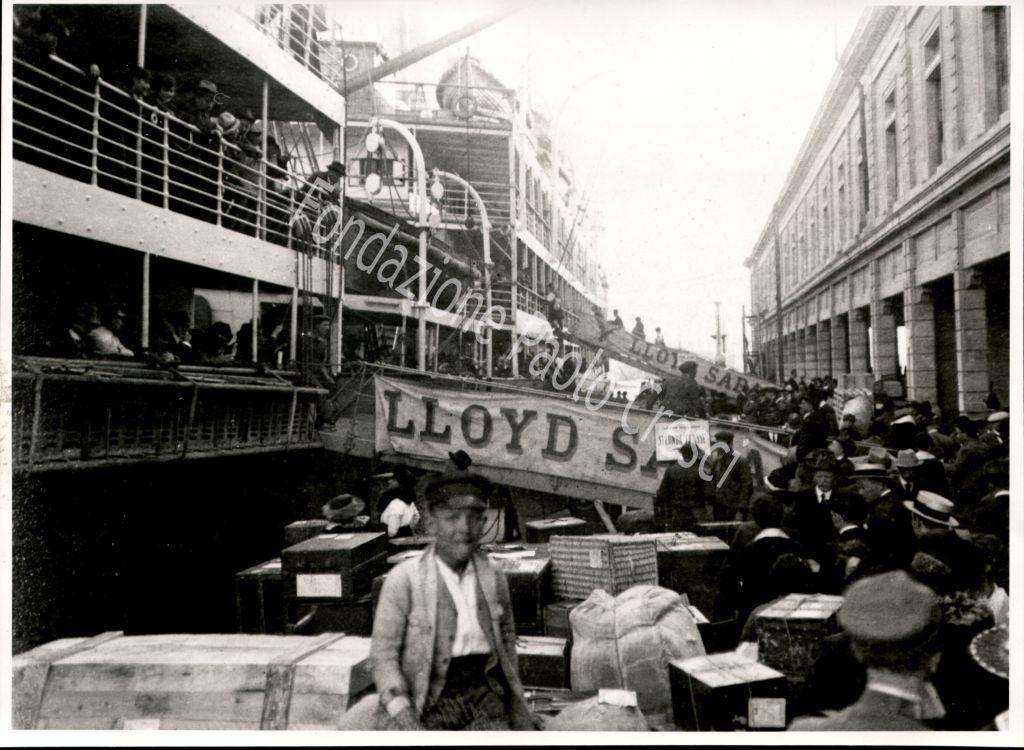 'imbarco dei bagagli degli emigranti