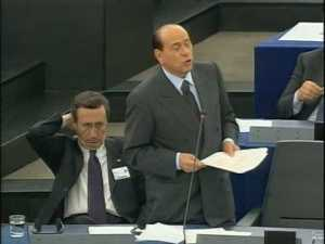 """Un'immagine tratta da Youtube del filmato in cui Silvio Berlusconi da del """"Kapò"""" a Martin Schulz"""
