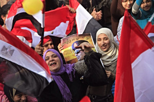 """Participants holding flags and pictures of Abdel Fateh el Sissi"" von Hamada Elrasam for VOA - http://gdb.voanews.com/8878019F-7D56-4C59-AEED-217C8516E4EB_mw1228_mh548_s.jpg. Lizenziert unter Gemeinfrei über Wikimedia Commons."