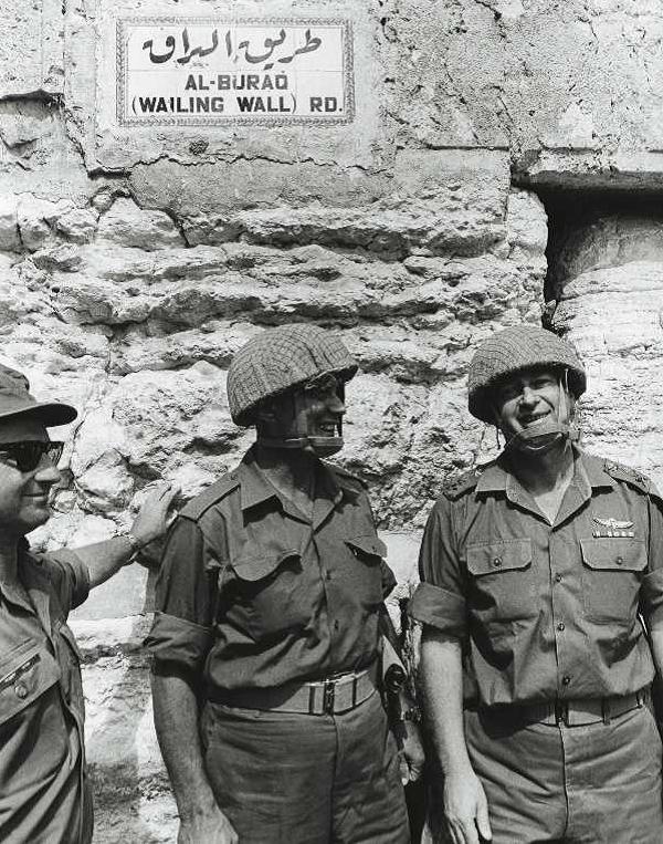 Il Generale Moshè Dayan, ai piedi del Muro del Pianto, durante la guerra dei Sei Giorni