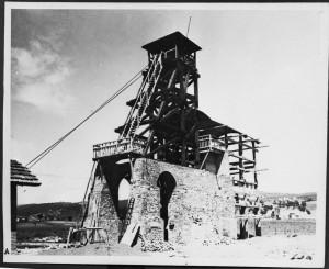 Uno dei pozzi della miniera di Ribolla.  Il repertorio fotografico è stato tratto dal volume curato da Cipriani Massimo, La miniera a memoria, Roccastrada, 2004
