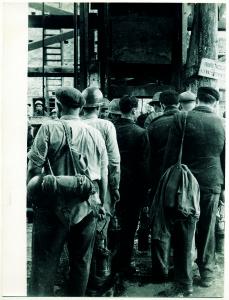 Minatori all'ingresso di un pozzo, foto Ronconi. Il repertorio fotografico è stato tratto dal volume curato da Cipriani Massimo, La miniera a memoria, Roccastrada, 2004