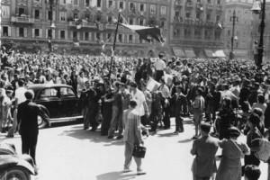 Manifestazione in occasione del passaggio dall'amministrazione jugoslava a quella angloamericana, 12 giugno 1945  (http://www.italia-resistenza.it/risorse-on-line/teche/fototeca/)