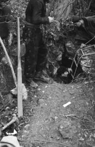 Esplorazione della foiba di Figovizza – Quisca (Gorizia), 20 dicembre 1946 (http://www.italia-resistenza.it/risorse-on-line/teche/fototeca/)