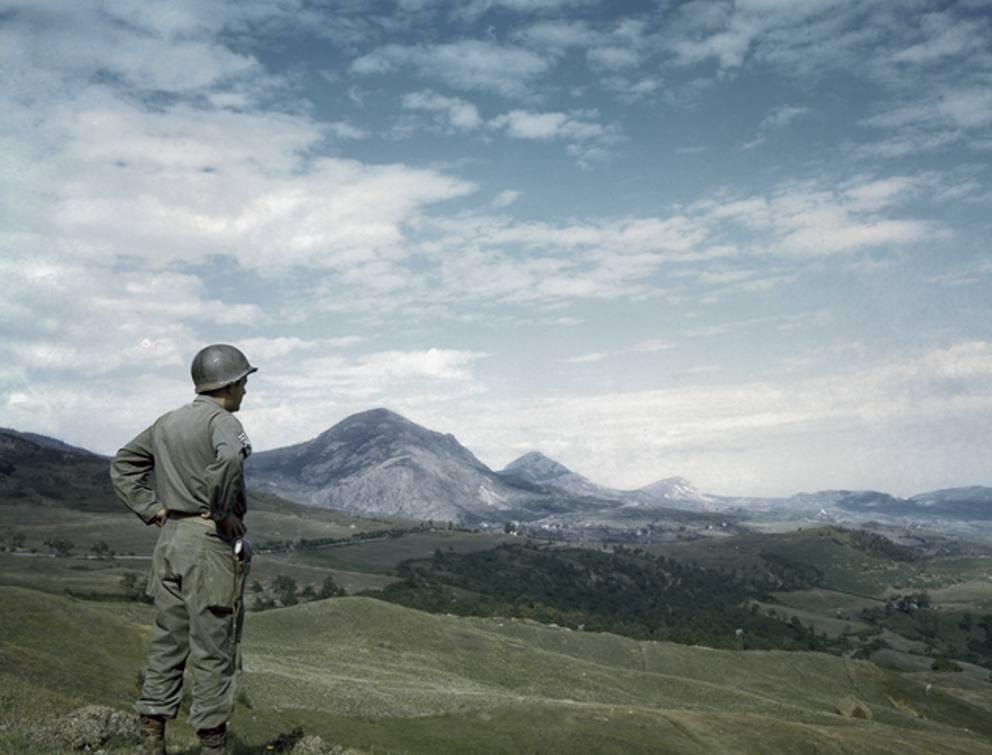 """Di USAF (forze armate USA) - http://www.corriere.it/foto-gallery/cronache/15_novembre_26/war-is-over-italia-liberata-liberazione-mostra-seconda-guerra-mondiale-bd02cb40-9445-11e5-8797-96d0921fd84d.shtml, fotografia scattata in Italia (o in territorio italiano) ed è ora nel pubblico dominio poiché il copyright è scaduto"""" href=""""//it.wikipedia.org/wiki/File:Soldato_americano_dopo_lo_sfondamento_della_Linea_Gotica_sull%27Appennino_tosco-emiliano_1945.jpg"""">Pubblico dominio, https://it.wikipedia.org/w/index.php?curid=5734805"""