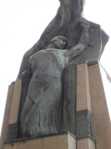 10.Alberto Bazzoni, il fante nudo con elmo e scudo, monumento ai caduti di Salsomaggiore – Parma (http://www.wmilaromagna.beniculturali.it)