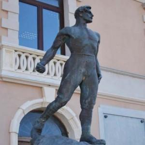 11. Romano Ciocchetti, il fante a dorso nudo con bomba a mano, monumento al Milite ignoto o ai caduti di Gioia Tauro (http://luoghi.centenario1914-1918.it)