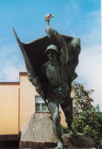 12. Il fante seminudo lanciato all'attacco con la bandiera, monumento ai caduti di San Giuliano Milanese (http://www.icsferminelterritorio.com)