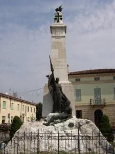 15.Alfredo Monfardini, il fante ferito vegliato dalla Patria, monumento ai caduti di Sustinente – Mantova (http://www.sustinenteonline.it)