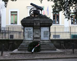 2.Monumento ai caduti di Levane (frazione di Montevarchi, Arezzo) che esibisce sulla sommità un residuato bellico (http://www.pietredellamemoria.it)