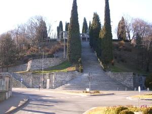 7. Giuseppe Terragni, monumento ai caduti di Erba. (https://commons.wikimedia.org)