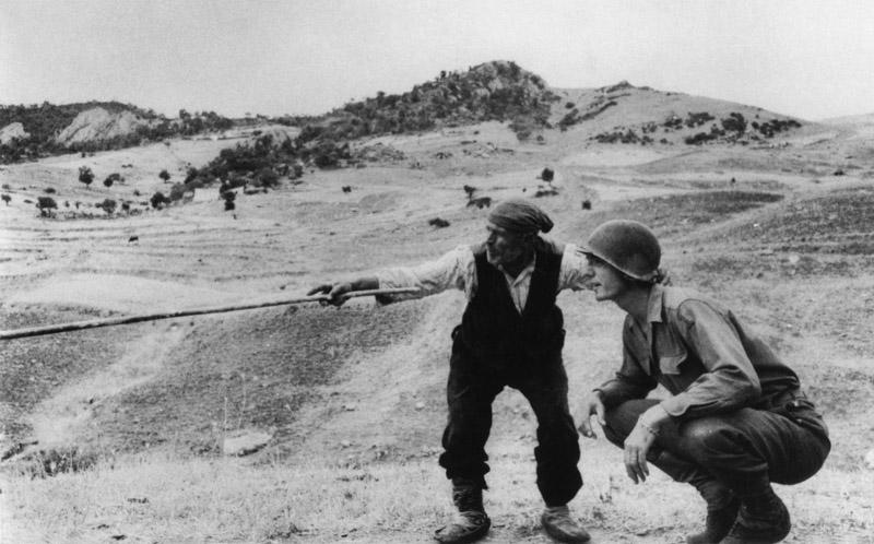 La foto scattata a Sperlinga da Robert Capa, al quale viene reso un omaggio all'interno del film
