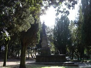 9.Parco della Rimembranza di Massa Marittima. Al centro il monumento ai caduti della Grande Guerra cui è stato aggiunto il busto di Garibaldi proveniente da un altro  monumento  (http://www.pietredellamemoria.it)