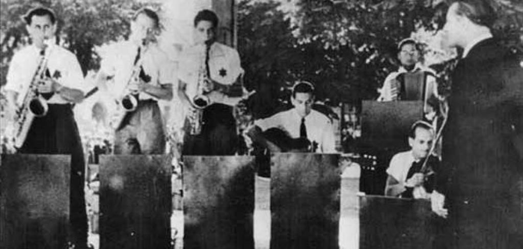 """I Ghetto Swingers si esibiscono al """"Caffè"""" di Terezín (1943-1944)"""