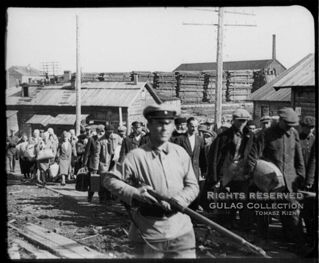 Convoglio di detenuti che va dalla stazione ferroviaria di Murmansk al campo di transito del campo a destinazione speciale delle Solovki