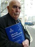 Fig. 3 Bernard Crick con la prima edizione del libro