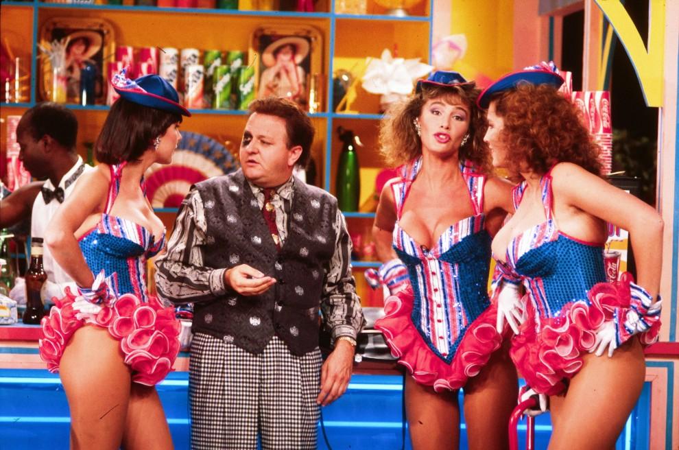 Massimo Boldi in compagnia delle succinte e procaci ragazze fast food, elemento che più attirò i pareri negativi di parte della critica.